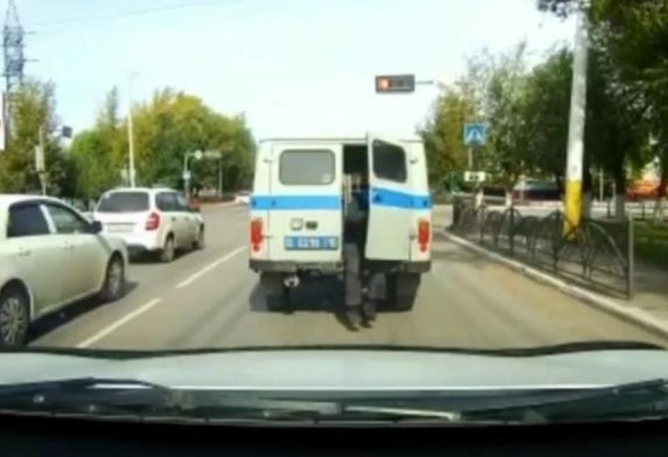 Видео эпичного побега из патрульной машины в Костанае появилось в сети. Фото: кадр из видео