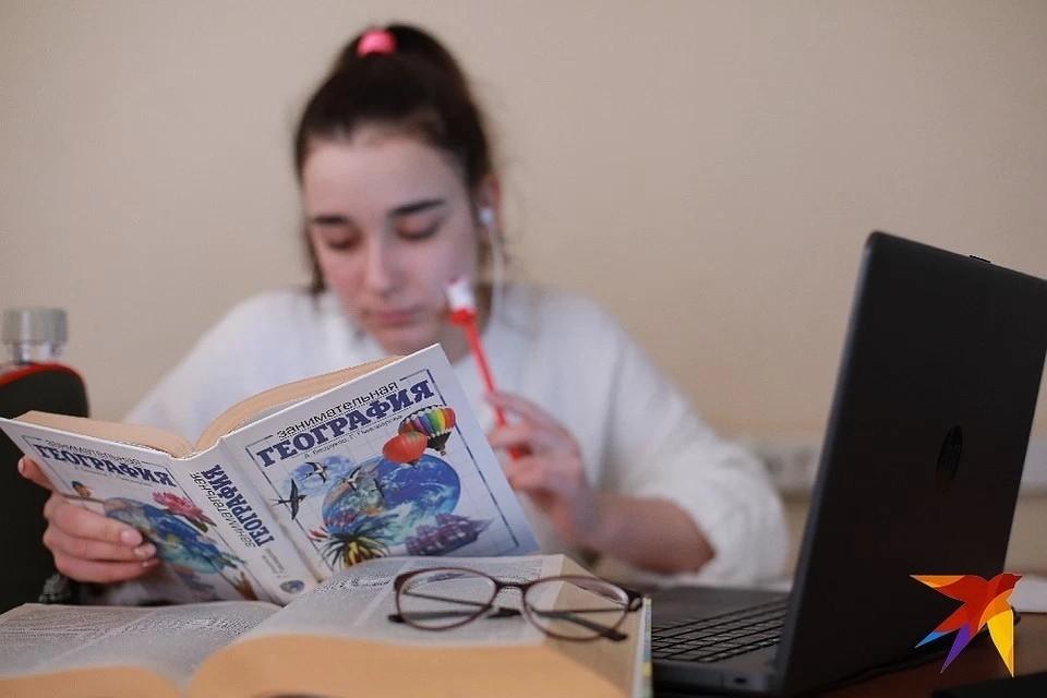 Школьникам снова придется обучаться по компьютерам и смартфонам