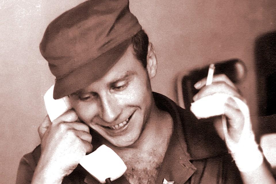 Бочаров во время одной из своих многочисленных командировок по миру (кстати, курить он бросил более двадцати лет назад). Фото: Личный архив