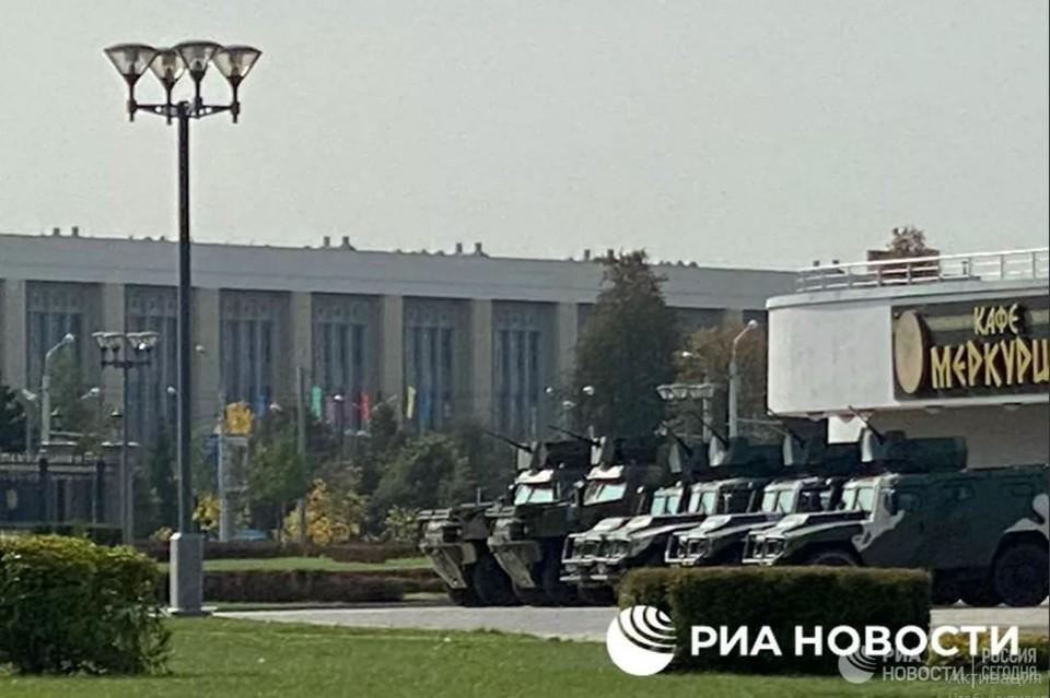 Колонна приехала с северной стороны столицы. Помимо этого, несколько автобусов и грузовиков с силовиками стоят на площади Государственного флага. Фото: ria.ru