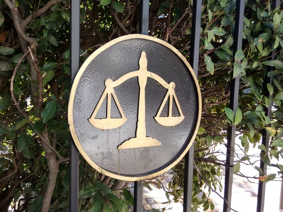 Суд отправил обвиняемых под домашний арест.