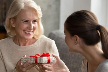 Что подарить женщине на 55 лет
