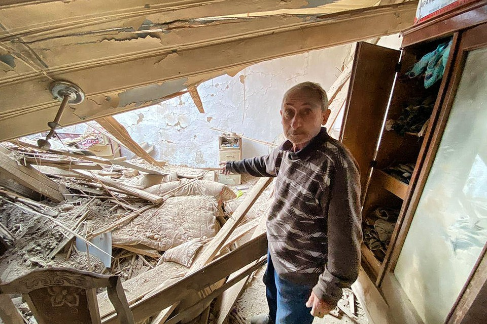 В одном из пострадавших домов села Мартуни, Нагорный Карабах.