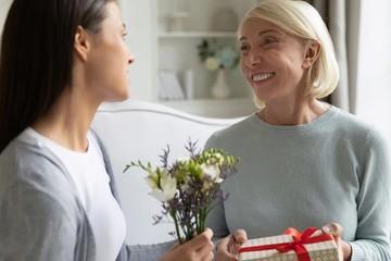 Что подарить женщине на 50 лет