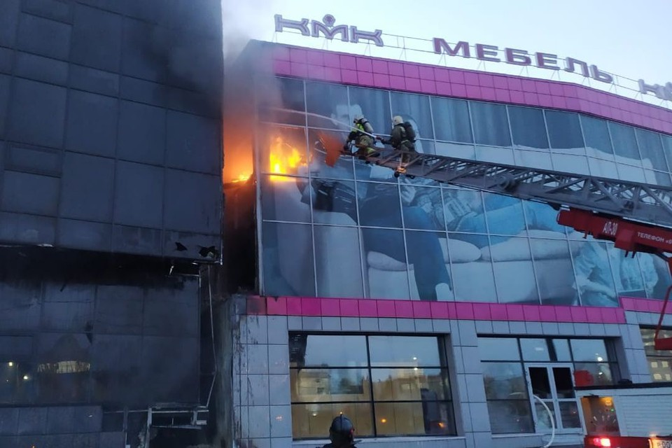 Пожар перекинулся на соседние здания. Фото: ГУ МЧС по Новосибирской области.