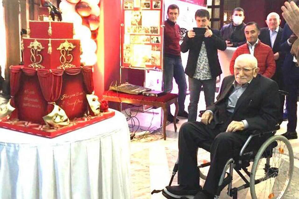 В инвалидной коляске и почти не разговаривает: Коллеги расплакались при виде Армена Джигарханяна