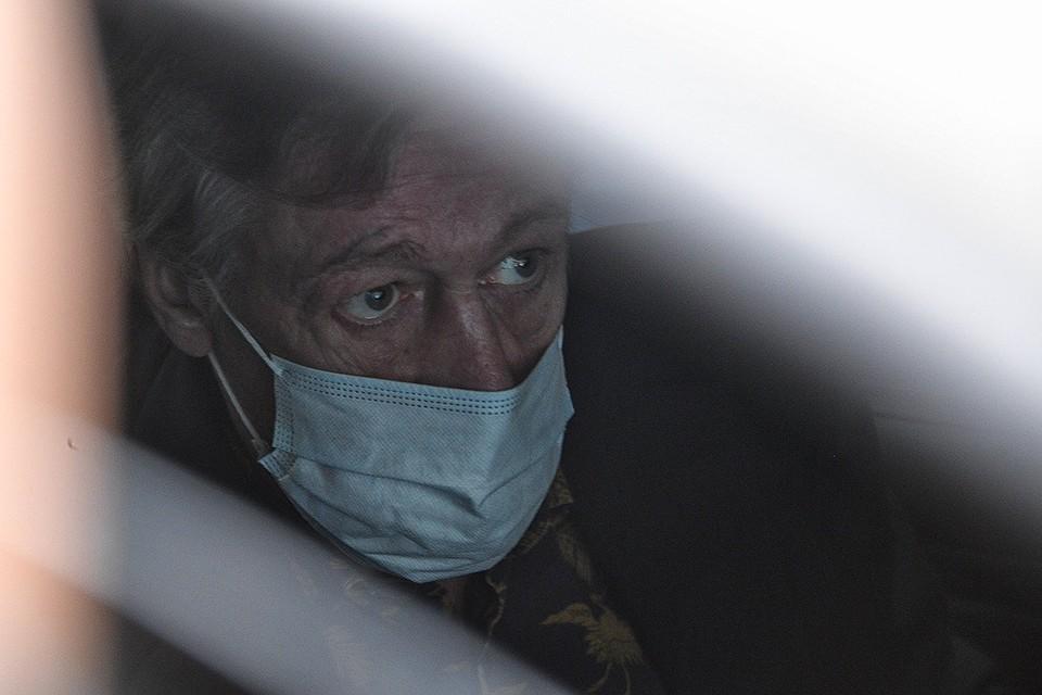 Михаил Ефремов покидает одно из судебных заседаний, август 2020 г.