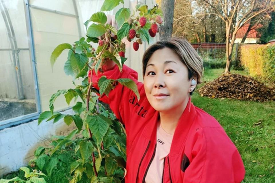 Анита Цой снова нас не подвела. Она не только королева на сцене, но и царица в саду, и в огороде
