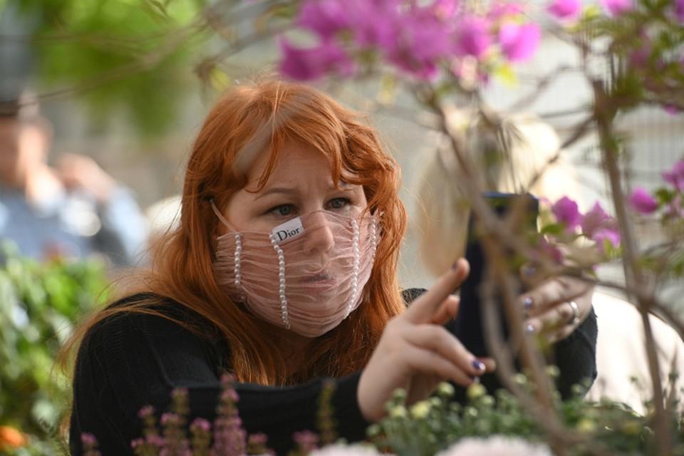 Ежедневно больных фиксируют больше сотни, специалисты говорят, потому, что они не носили масок