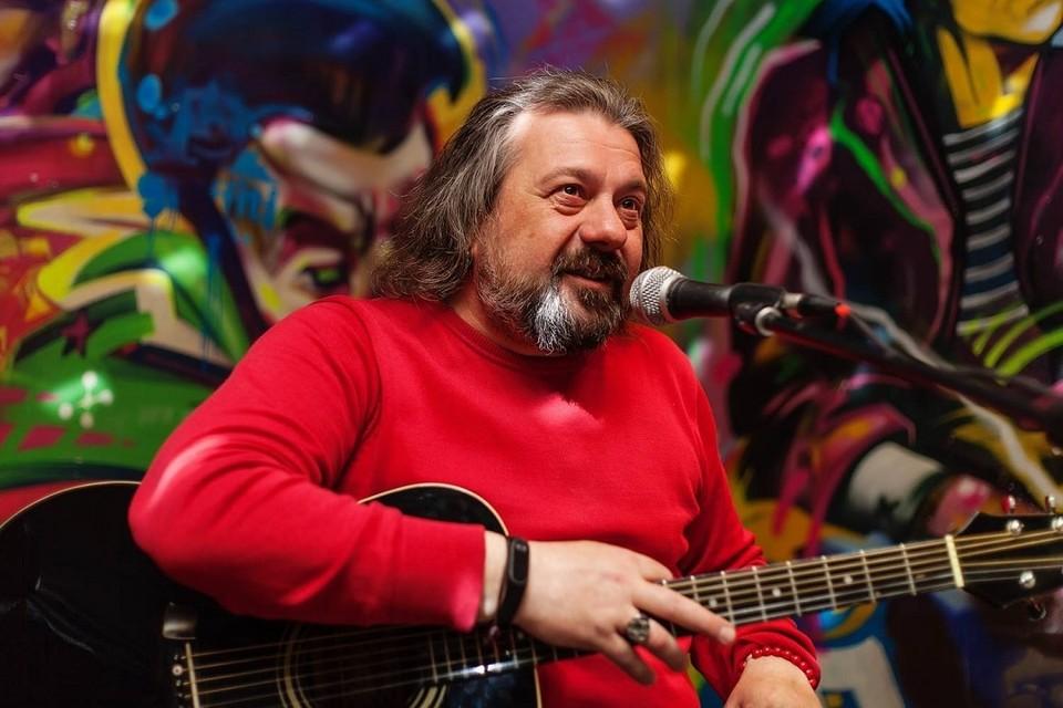 Александр Помидоров собирается презентовать новый альбом своего проекта «Пьяные Гости» в клубе «Граффити» 9 октября.