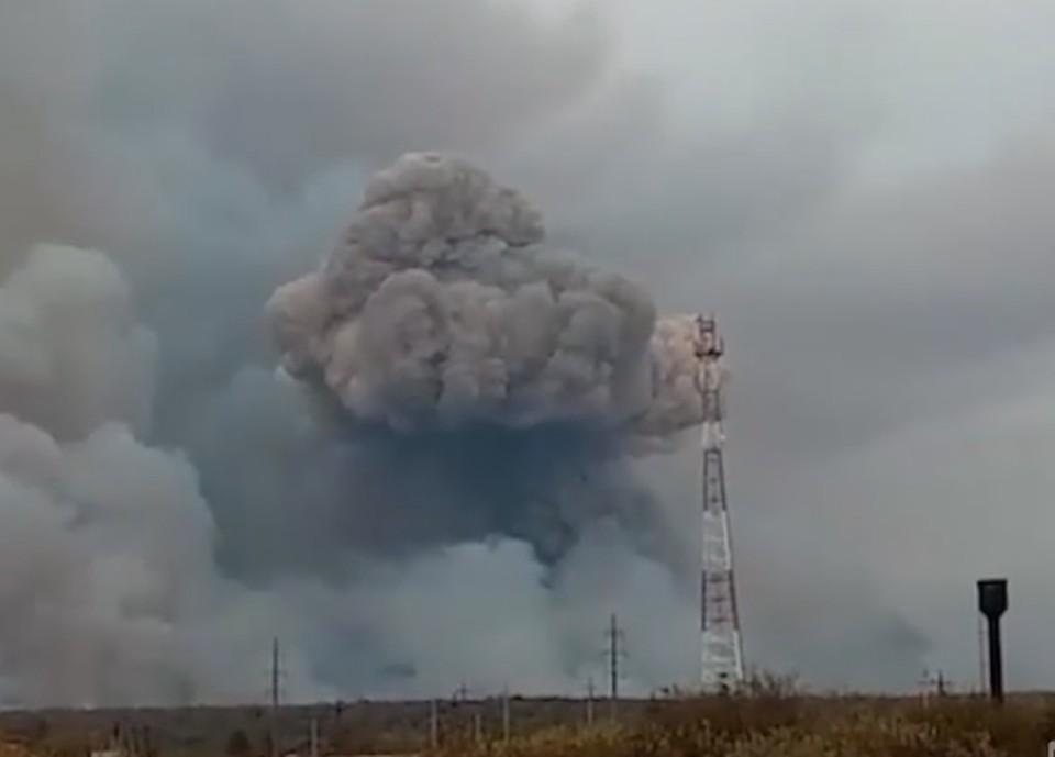 В Рязанской области ввели режим ЧС после взрывов на складе боеприпасов. Фото: кадр из видео