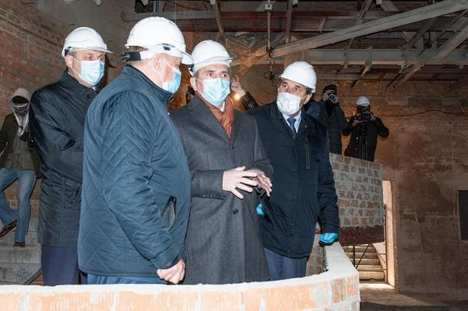 Александр Моор (в центре) надеется, что «современный культурный центр станет центром творческой жизни города, а новый бульвар — любимым местом отдыха ишимцев». Фото пресс-служба губернатора Тюменской области