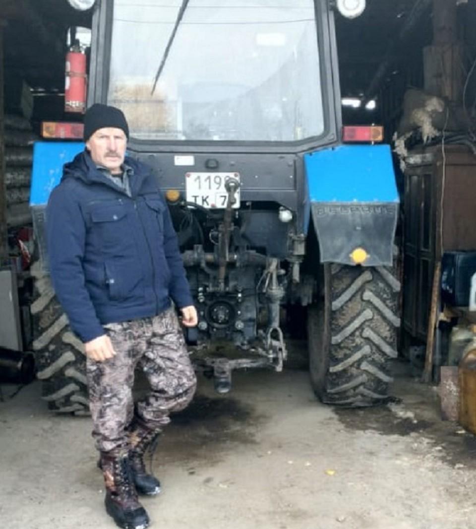Сельский почтальон Владимир Семенюк и его надеждынй помощник-трактор.