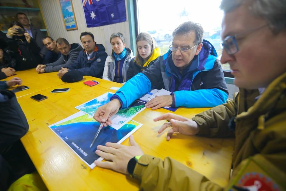 Группа ведущих ученых ДВФУ исследует акваторию в районе Халактырского пляжа, где произошла гибель гидробионтов. Фото: пресс-служба ДВФУ