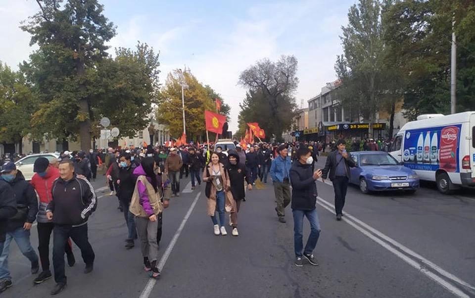 В Бишкеке ввели комендантский час и запретили митинги