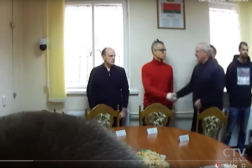 После встречи заключенные стояли у стены, а Лукашенко жал им руку. Фото: стоп-кадр.
