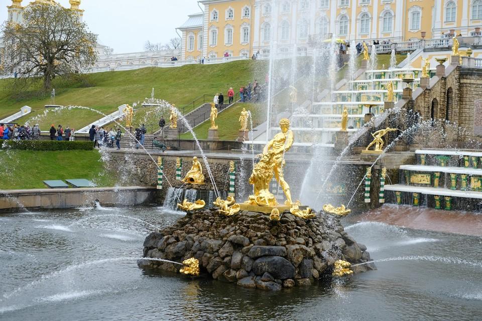 Пока еще у всех желающих есть шанс увидеть живописные фонтаны