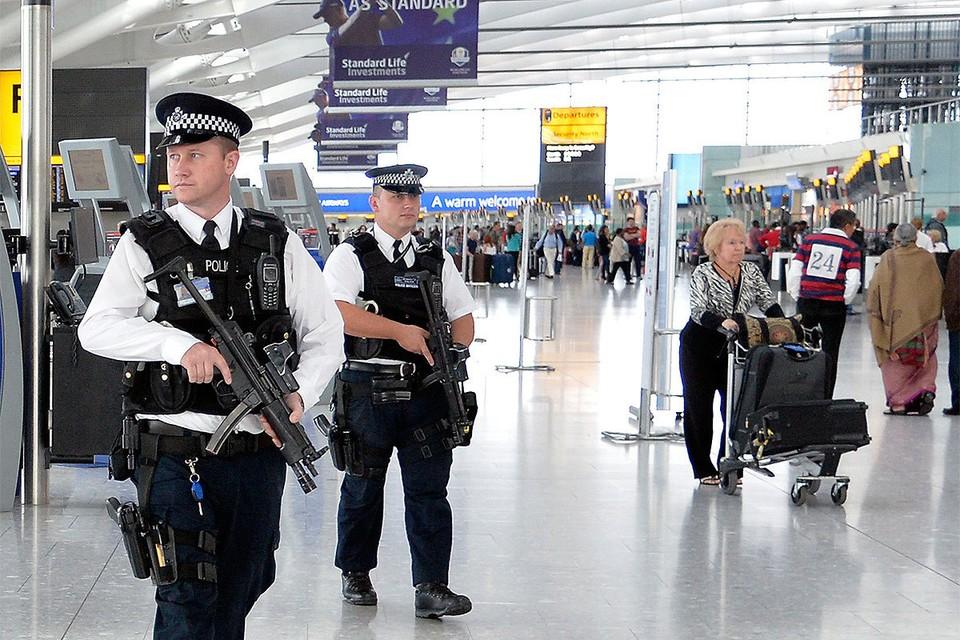 Полицейские в терминале аэропорта Хитроу в Лондоне.