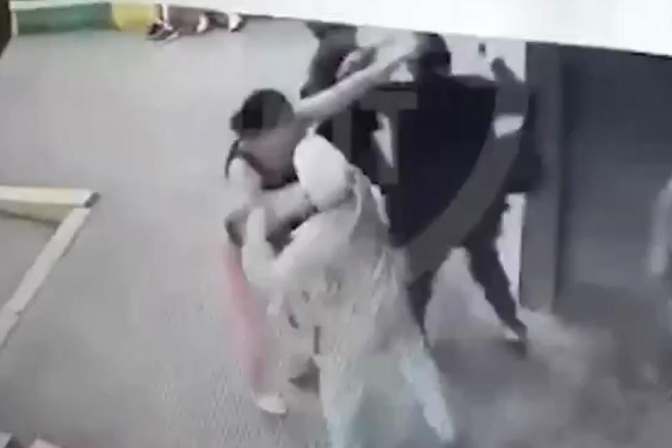 Две женщины в Самаре сцепились на детской площадке