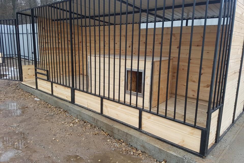 Прошло уже больше восьми месяцев с окончания строительства приюта, а вольеры так и стоят пустые... Фото: со страницы Дмитрия Нечаева в Фейсбуке.
