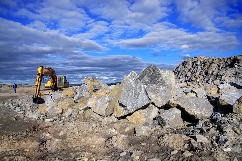 Эти огромные гранитные глыбы вскоре превратятся в востребованный строительный материал.
