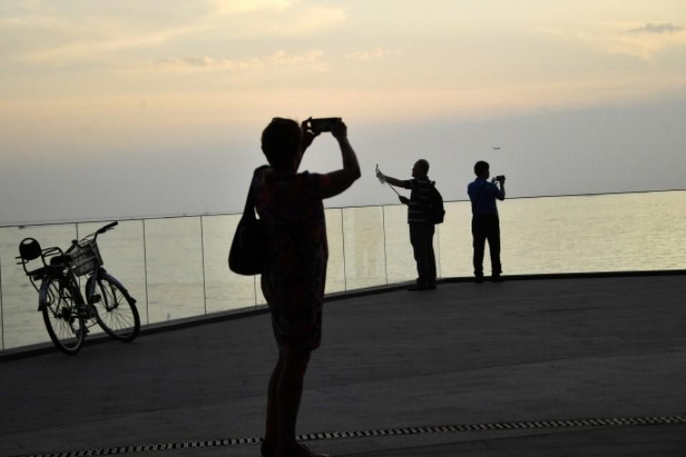 Отдыхающие на набережной в Геленджике
