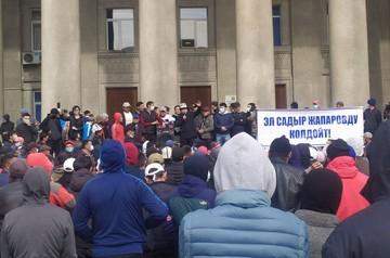 В Бишкеке ввели режим ЧП и комендантский час, но демонстранты не спешат покидать центр столицы Кыргызстана