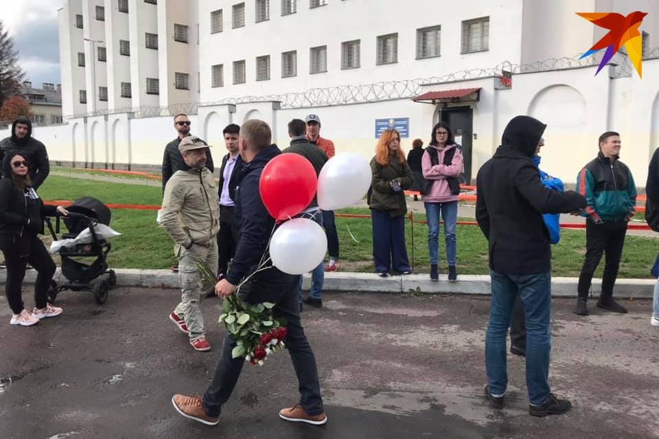 Левченко вывезли на машине мимо группы поддержки