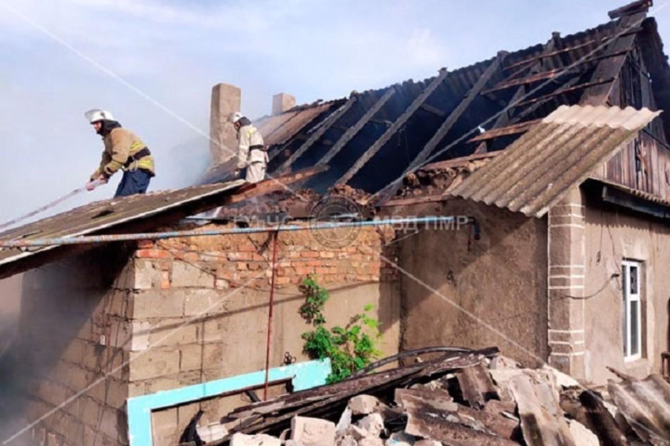 Тушить пожар помогали и соседи (Фото: МВД Приднестровья).