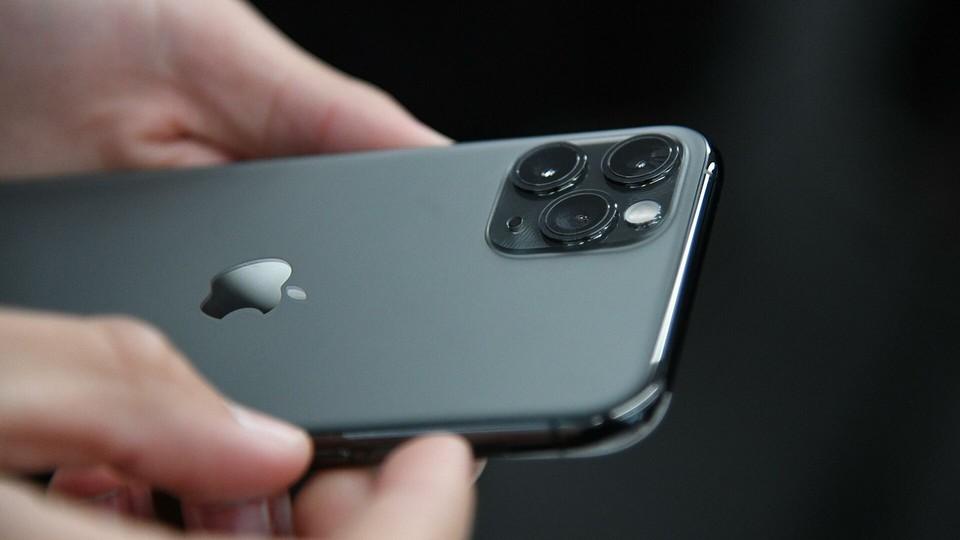 iPhone 12 - произведение искусства. И стоит соответственно. Фото: РИА.