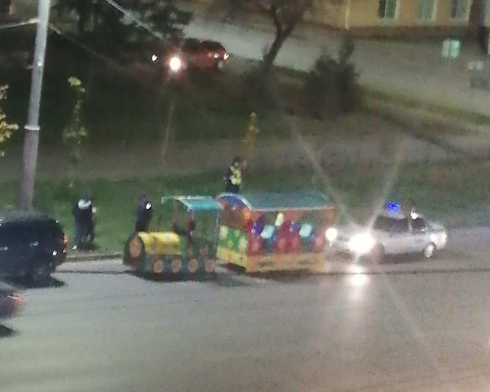 Из окна дома омич заметил, что у сотрудников ДПС появились вопросы к водителю детского паровозика.