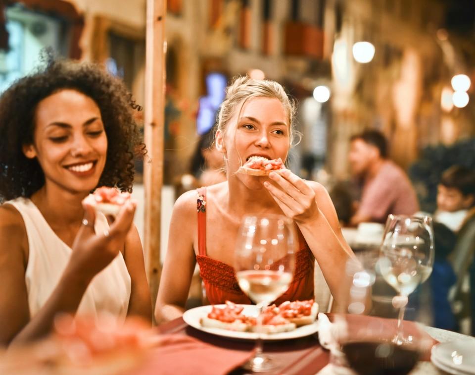 Больные коронавирусом нередко ходят в кафе и рестораны на семейные застолья - можете представить, чем это рискует обернуться. Фото: pexels.com
