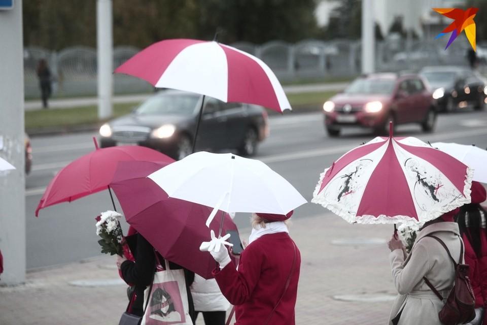"""Девушки с красно-белыми зонтами прогулялись от """"Каменной Горки"""" до """"Пушкинской"""""""