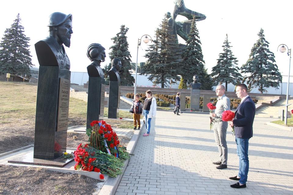 Цветы к памятнику Мотороле возложили и активисты Народной Дружины. Фото: НД ДНР