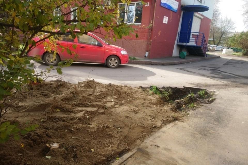 Кемеровчане жалуются на кучи песка во дворах