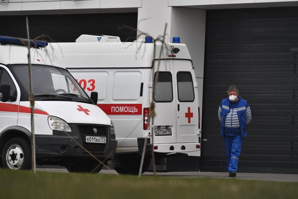 Автомобили скорой помощи у медицинского центра «Новомосковский» в Коммунарке