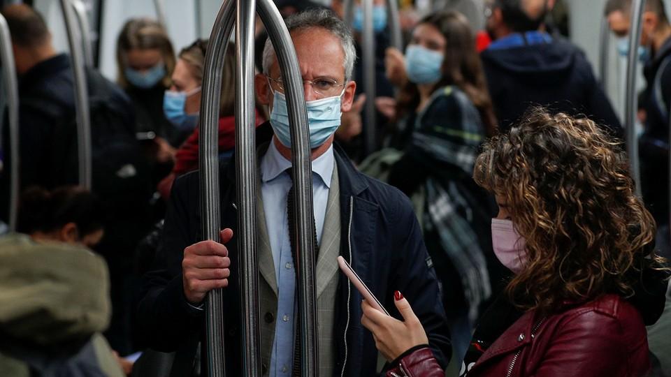 Лучше избегать скоплений людей в помещениях. Фото: gazeta.ru