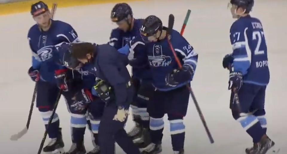 Иван Романов покинул лед только с помощью партнеров по команде.