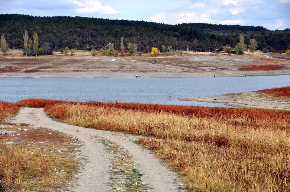 Без осадков Симферопольское водохранилище продолжает мелеть