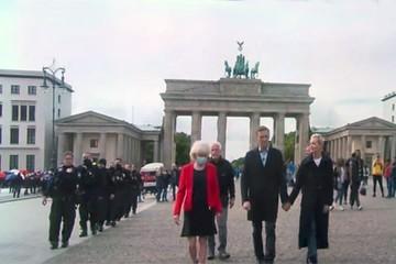 Американцы показали охрану Навального на прогулке по Берлину