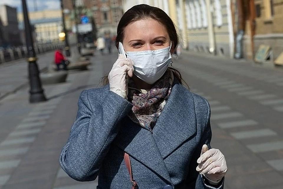 В общественном транспорте и при посещении мест массового скопления людей нужно носить маску.