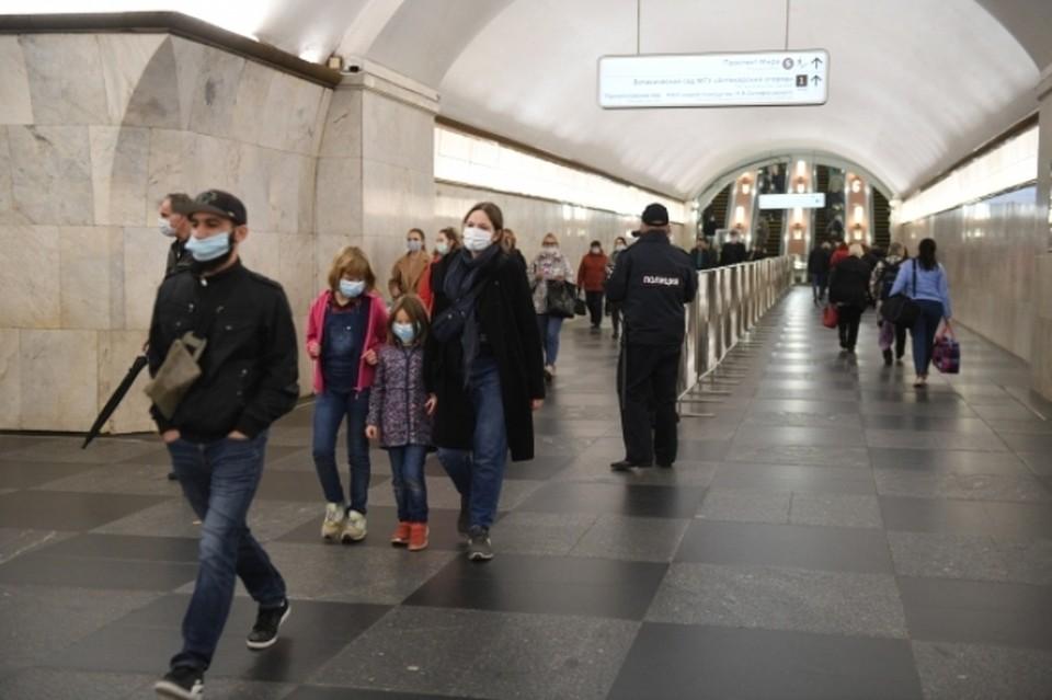 Пассажиры столичного метро в медицинских масках на станции Проспект Мира