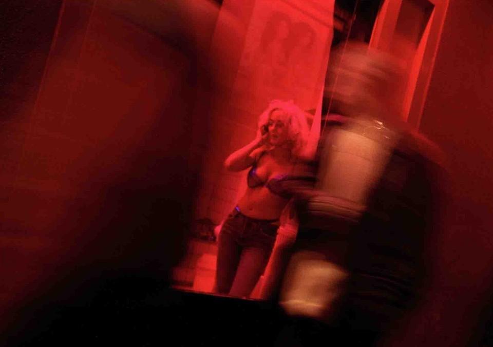 """Обаятельная незнакомка представилась Анжелой. Девушка """"работала"""" в доме по адресу Бажова,43"""