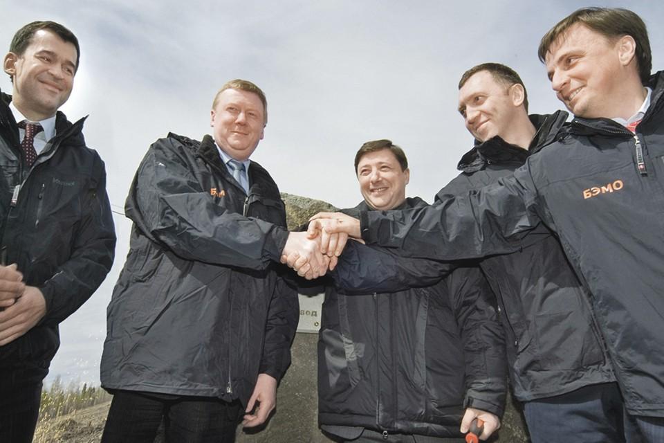 Слева направо: Анатолий Чубайс, Александр Хлопонин, Олег Дерипаска, Вячеслав Синюгин во время церемонии закладки первого камня 15 мая 2007 года. Фото предоставлены пресс-службой БоАЗ