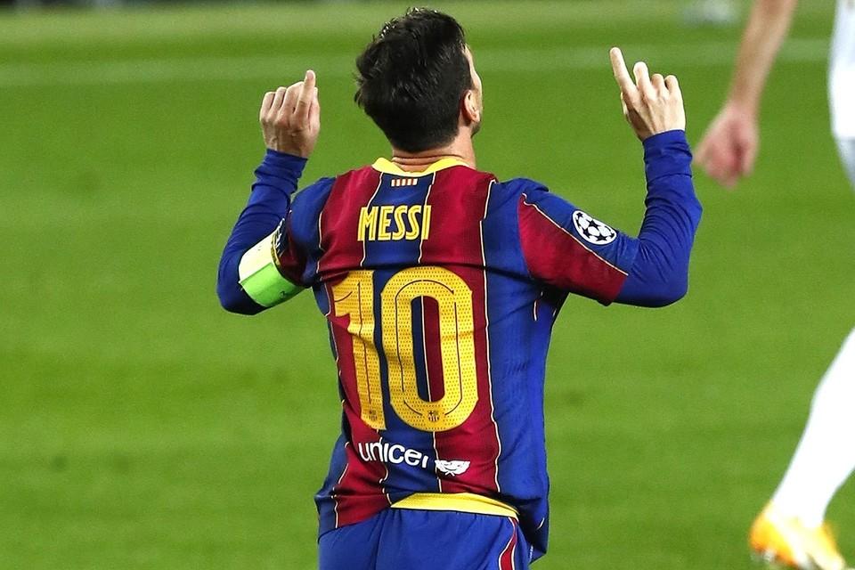 Лионель Месси празднует забитый мяч в игре против «Ференцвароша».
