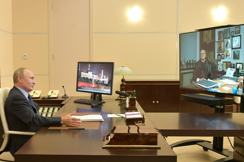 Президент РФ Владимир Путин во время встречи в режиме видеоконференции с режиссером Никитой Михалковым в день его 75-летия. Фото: Алексей Дружинин/пресс-служба президента РФ/ТАСС