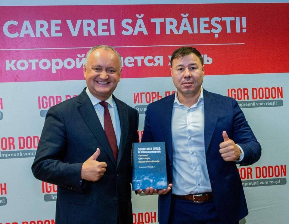 Президент Игорь Додон, депутат Богдан Цырдя с той самой книгой об НПО, которая наделала много шума в Молдове.