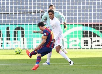 """""""Барселона"""" на своем поле проиграла первое """"Класико"""" сезона - """"Реал"""" выиграл на пустом стадионе 3:1"""