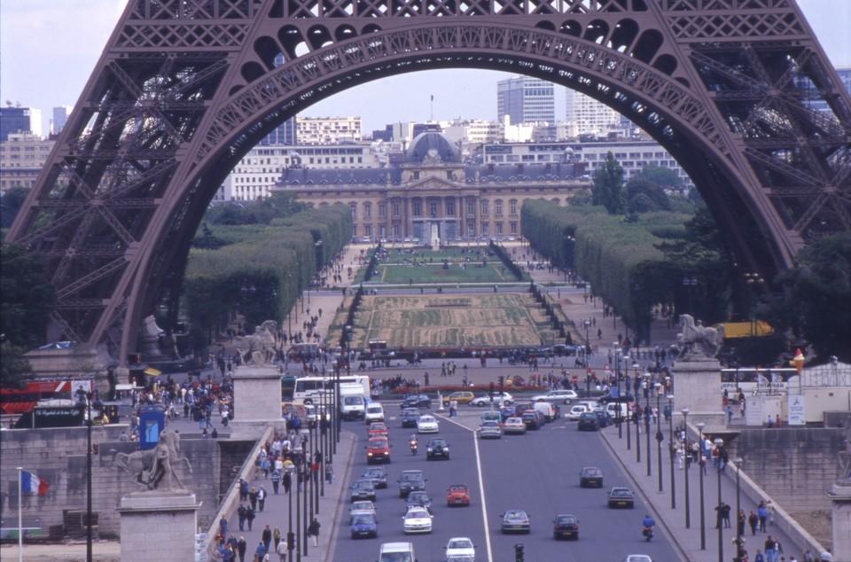 Полиция Франции оцепила Триумфальную арку и Марсовое поле в Париже.