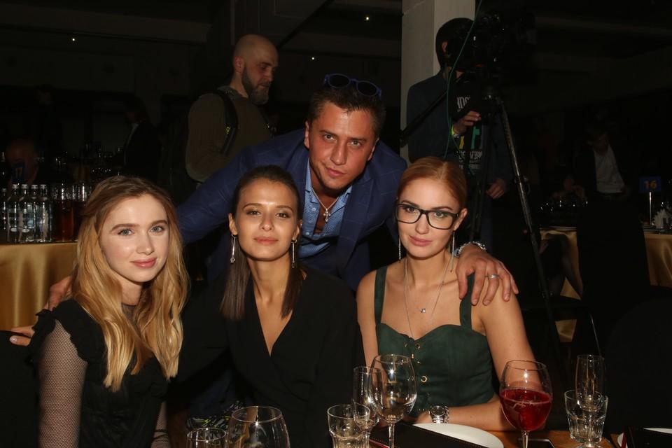 На снимке: актеры Любовь Аксенова (в центре), Павел Прилучный и Агата Муцениеце (справа).